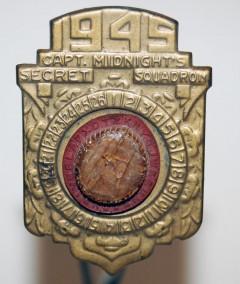 Captain Midnights kodnyckel är en av många snygga detaljer i filmen.