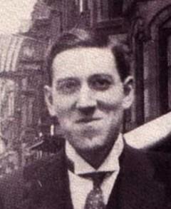 En osedvanlgt munter HPL utanför hotel Brunswick i Boston 5 juli 1921.