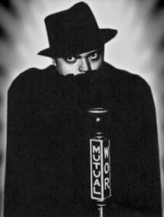 Orson Welles går upp i sin roll.