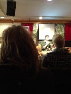 Berit Viklunds (Dotterbolaget, Hemliga ritklubben) hårsvall till vänster, Sam Arthur i mitten.