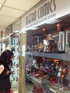 Viktoria begrundar skyltningen utanför Metro Comics.