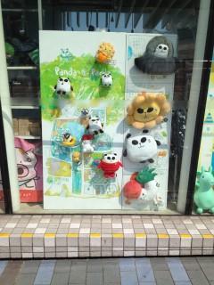 Merch i massor med Siu Haks mest kända figur Panda-a-Panda.