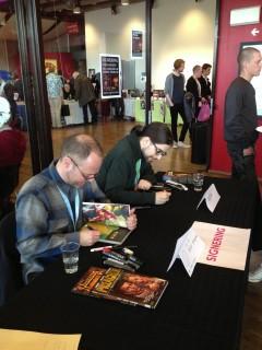 Från Stockholms internationella seriefestival 2013: Peter Snejbjerg och Tonči Zonjić signerar och tecknar. Att SIS13 var den första festival Tonči bevistade som gäst gör mig alltjämt lika förvånad som stolt.