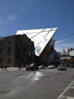 Royal Ontario Museum tar ett bett av byggnaden bredvid.
